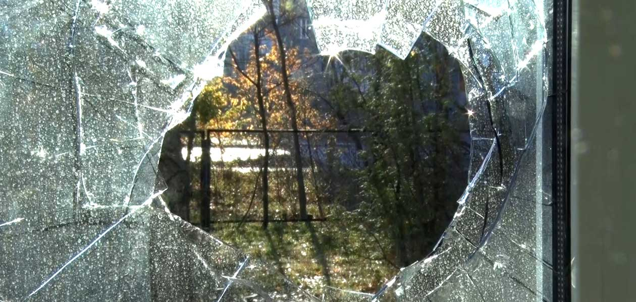 разбитое окно от рогатки фото екатерину