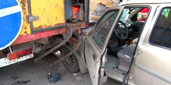 В Дзержинске внедорожник влетел под спецавтомобиль аварийной службы