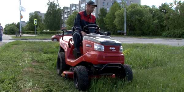 В Дзержинске приступили к покосу газонов