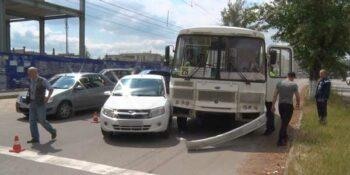 Железные объятия. В Дзержинске «Лада Гранта» зажала маршрутный автобус