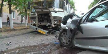 Сонная иномарка. Утром в Дзержинске легковушка врезалась в автобус (обновлено)