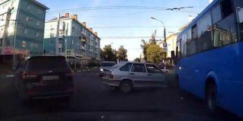 В Дзержинске «Лада» и маршрутка не поделили перекресток. Пострадали женщина и ребенок