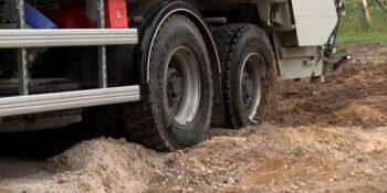 В Дзержинске мусоровоз не смог подобраться к контейнерам и «сломал» дорогу