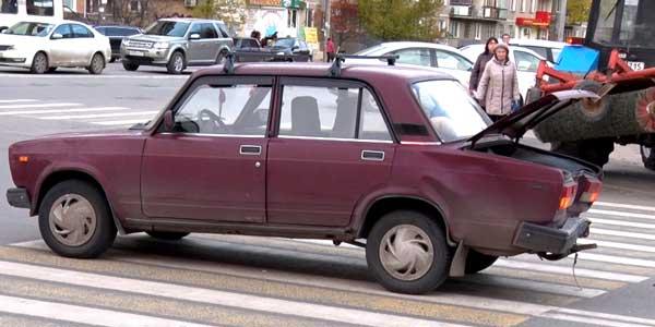 Некрасивая ситуация. В Дзержинске водитель ВАЗ 2112 стукнул «Жигули» и скрылся с места ДТП