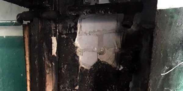 В Дзержинске на бульваре Мира подожгли подъездный тамбур