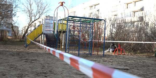 А получилось, как всегда. В поселке Решетиха рядом с Дзержинском монтируют детскую площадку, жители недовольны