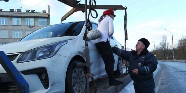 Не дам! Мое!!! Дзержинская автоледи спасала свою машину от эвакуации