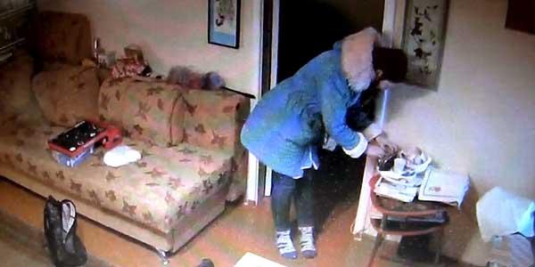 Бойся, жулик! Установленная в квартире камера помогла задержать мошенников