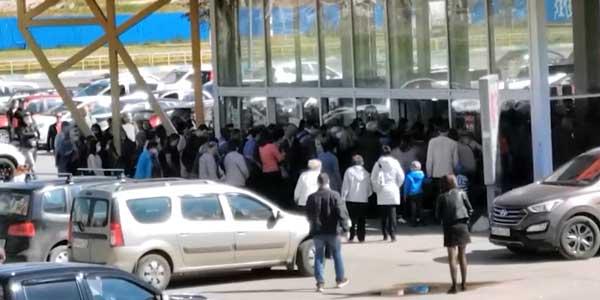 Брали штурмом. Дзержинцы сегодня атаковали закрывающийся гипермаркет