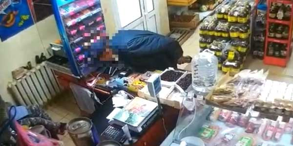 Надо меньше спать! Касса магазина в Дзержинске опустела на 8 тысяч рублей
