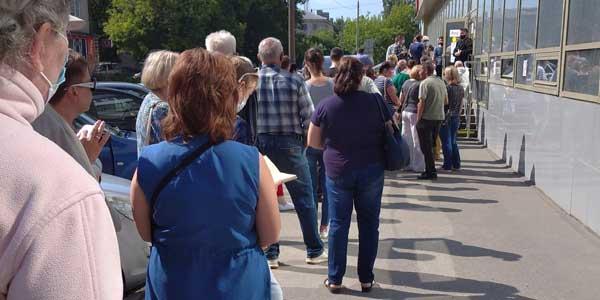 В Дзержинске перед МФЦ на Гастелло сегодня выстроилась огромная очередь