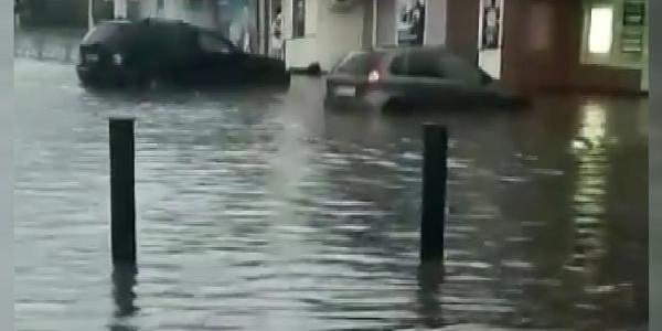 Город затопило: сильный ливень превратил улицы Дзержинска в реки и озера