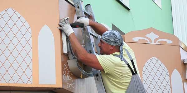 В принудительном порядке: незаконные рекламные конструкции демонтируют в Дзержинске